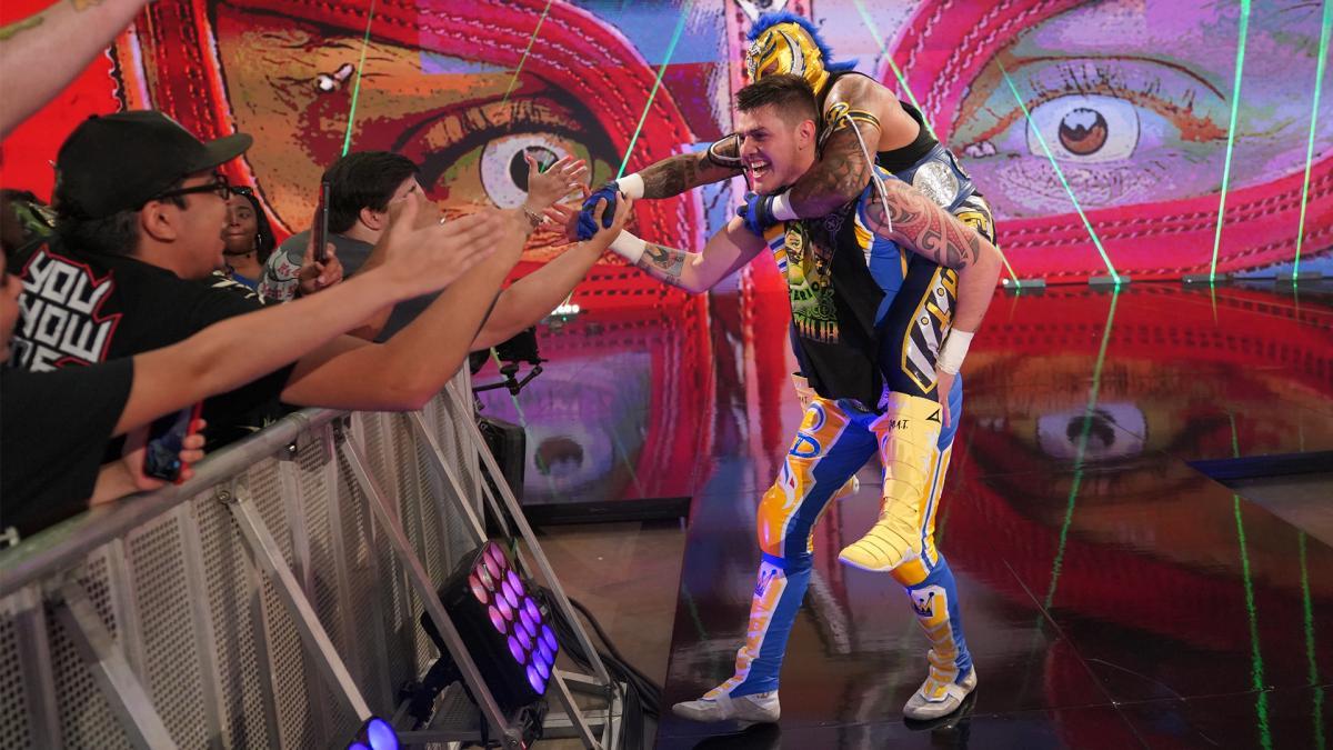 Rey e Dominik Mysterio estreiam novas máscaras e entrada no WWE Money in the Bank
