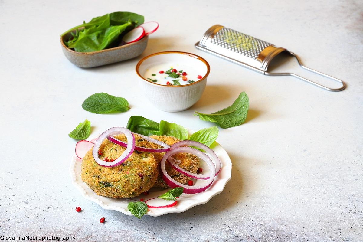 Polpette di zucchine, patate, feta e cipolle