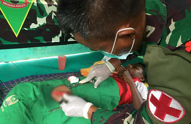 Timkes Satgas TNI Pamtas Yonif 403/WP Obati Korban Luka Robek di Perbatasan Papua