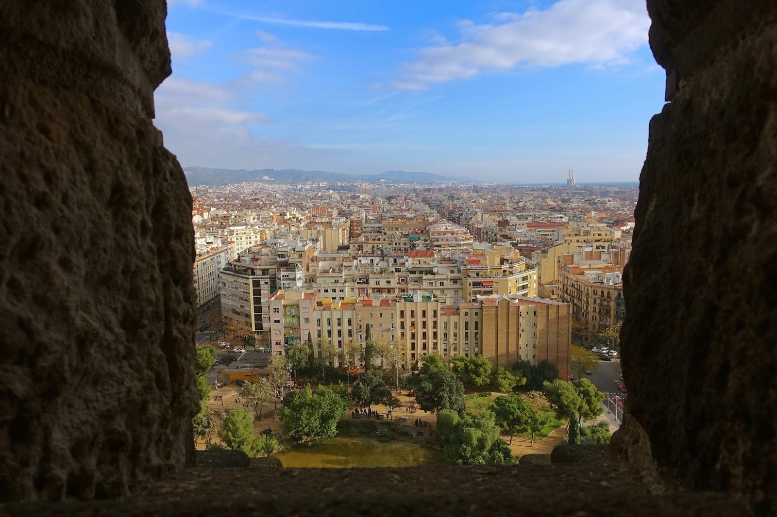 サグラダ・ファミリア (Sagrada Familia) 「ガウディ広場」を眺める