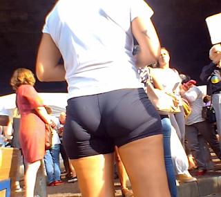 Bella mujer nalgona licra ajustada marcando ropa interior