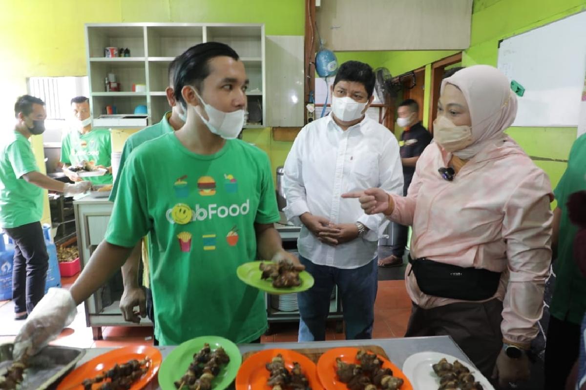 Menaker Ida Kunjungi Penerima BSU di Bandung