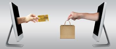 يد تحمل بطاقة دفع ويد أخرى تشحن منتج