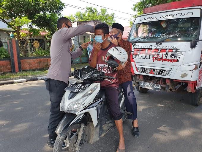 Lagi, Polsek Dompu Gandeng Koramil Dompu dan Camat, Bagikan Masker Pada Pengguna Jalan