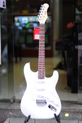 Đàn guitar điện Stagg S300WH hiện nay bán giá bao nhiêu