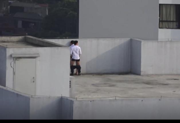 Đôi tình nhân rủ nhau lên sân thượng hóng gió tranh thủ làm nháy