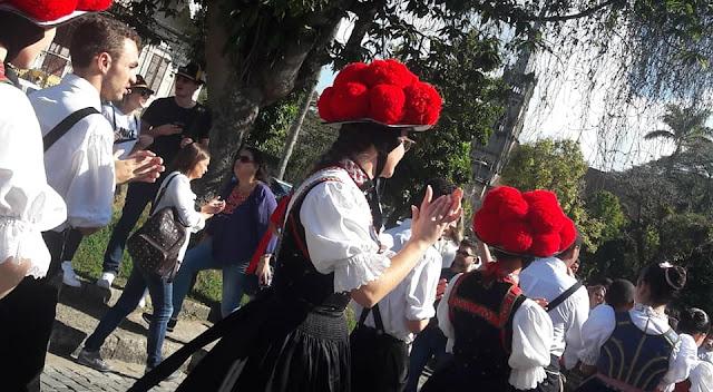 desfile alemão com grupos de dança em petropolis