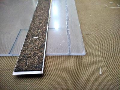 厚さの3/4ほどPカッターで彫りこめば指で曲がるようになり、切断可能