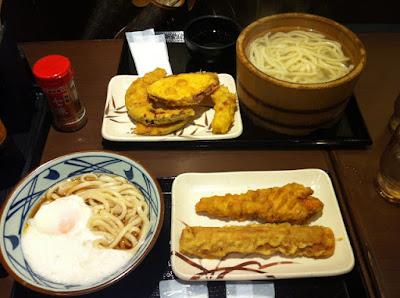 i piatti con le due tempure e gli udon