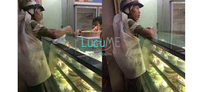 Seorang Pemulung Membelikan Kue Ulang Tahun Untuk Istrinya, Netizen Terharu