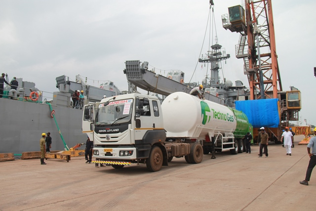 """""""INS Shardul"""" carrying 190 MT of Liquid Medical Oxygen & 1200 oxygen cylinders from Kuwait arrived Mangaluru"""