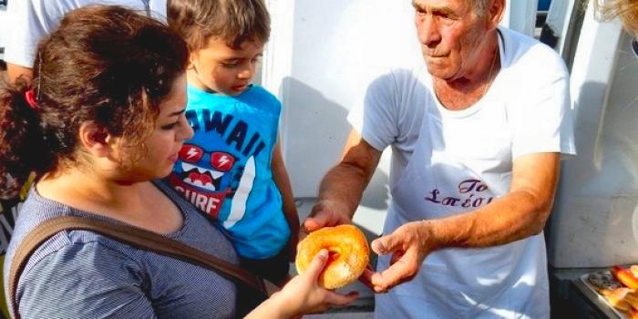 Dyonisis Arvanitakis panettiere di Kos regala pane ai migranti