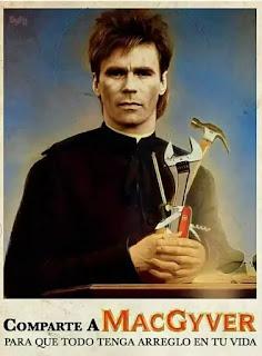Macgyver vestido como un santo con herramientas en las manos
