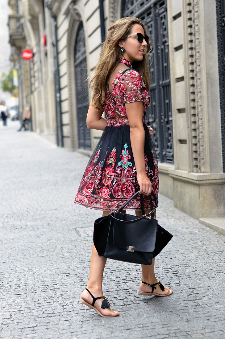 Streetstyle - Embroidered dress from Shein, Céline trapeze bag and gioseppo sandals