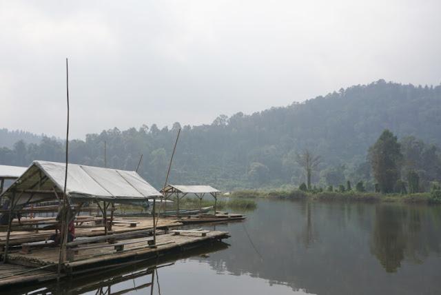 main perahu di danau situ gunung