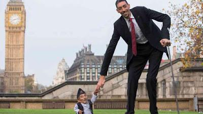 أطول رجل فى العالم يصل القاهرة للترويج للسياحة المصرية