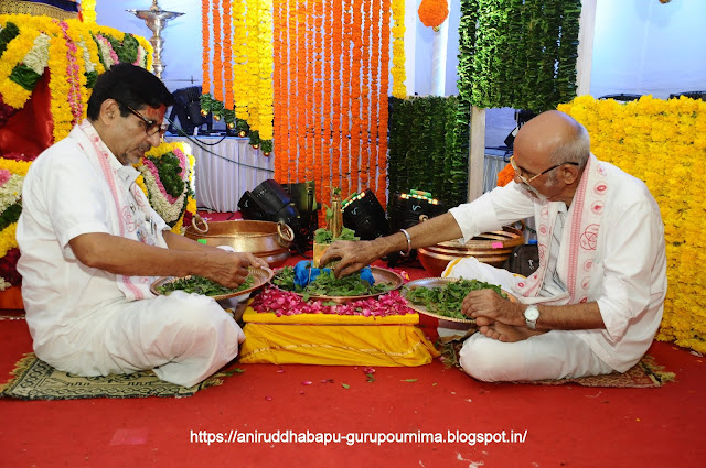 Shraddhavan-performing-श्रीत्रिविक्रम-मूर्ती-Poojan-Gurupurnima-Utsav-2017