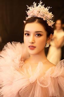 Hoa hậu Tiểu Vy vai trần siêu quyến rũ, thần thái đầy quyền lực