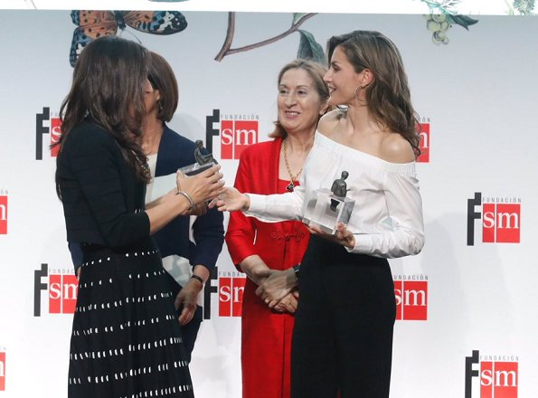 Queen Letizia attended the youth and children's literature awards ceremony held at the Royal Mail House. Letiia wore Hugo Boss top