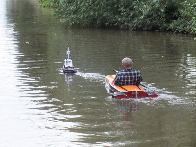 Usa pequeño remolcador a control remoto para cruzar el río