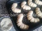 preparare reteta cornuri cu cascaval - presaram semintele de susan