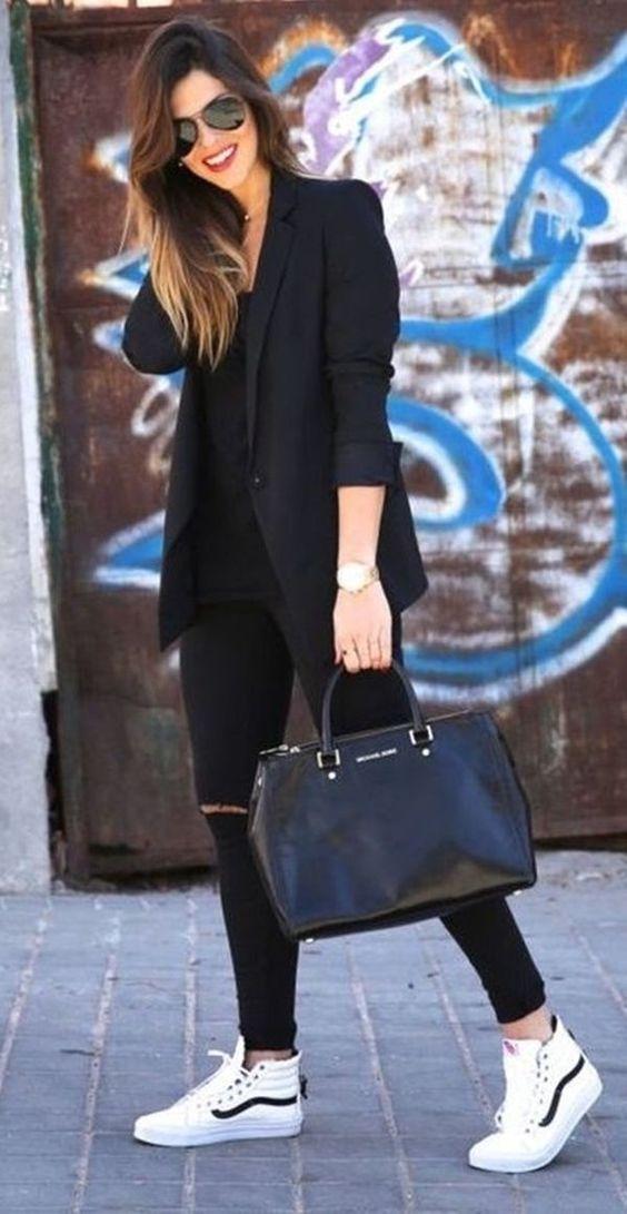 look preto estiloso com tênis
