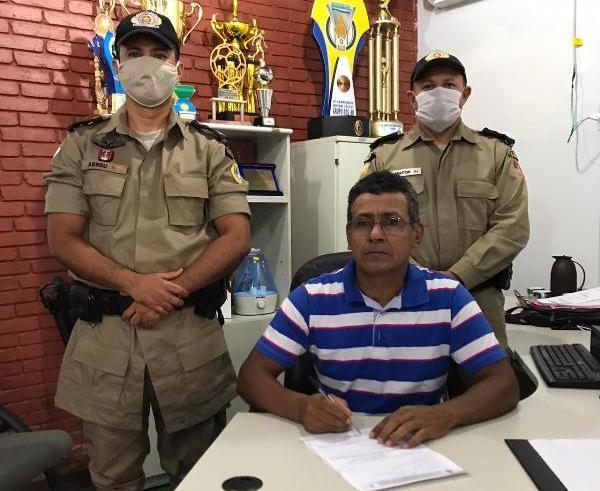 ARAGUATINS: Sargento Marimar assina requerimento após completar 30 anos de serviços prestados na PMTO