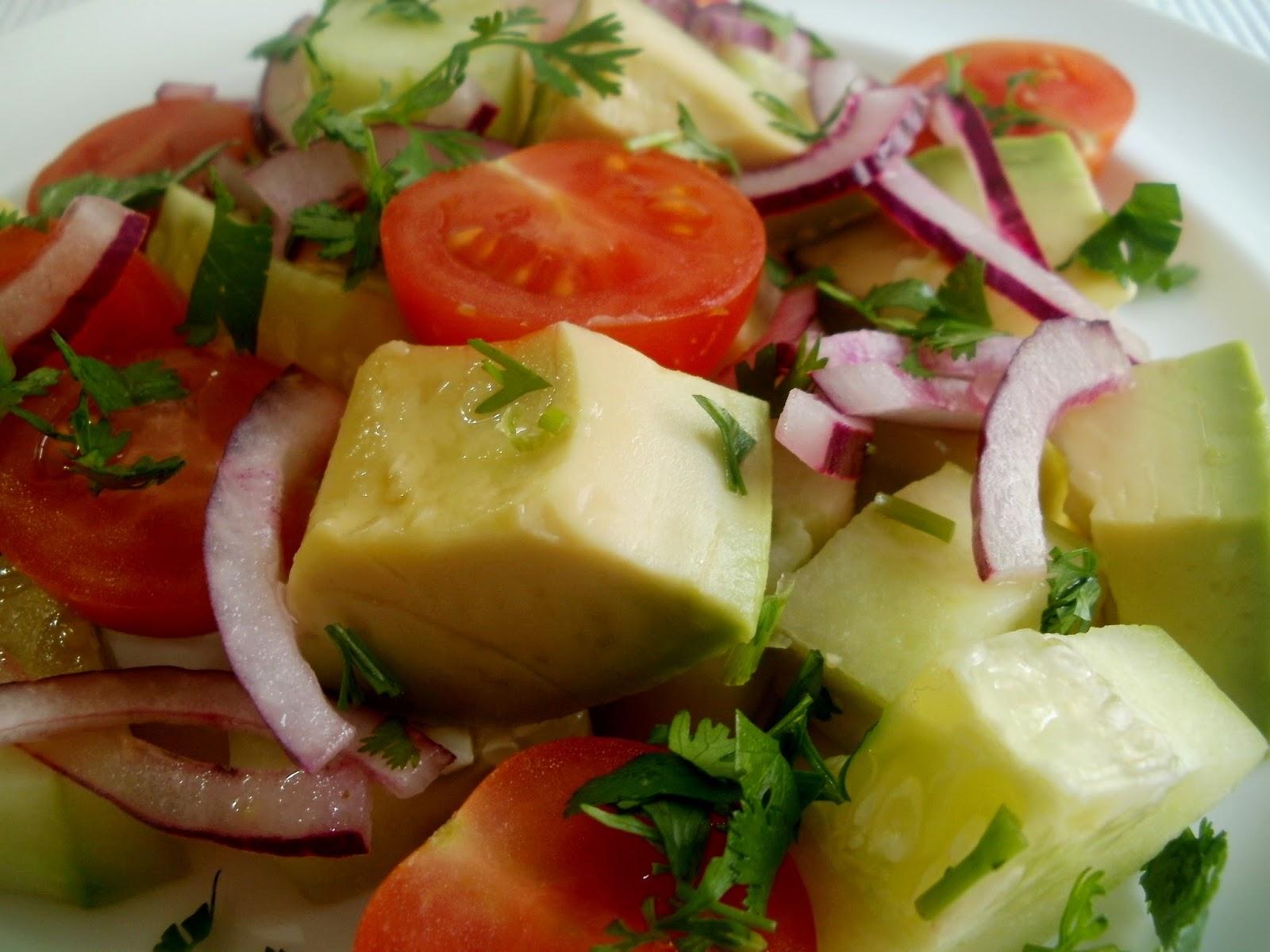 Ensalada de aguacate con pepino, cilantro y tomates cherry