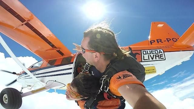 saltando de paraquedas de um aero motor laranja