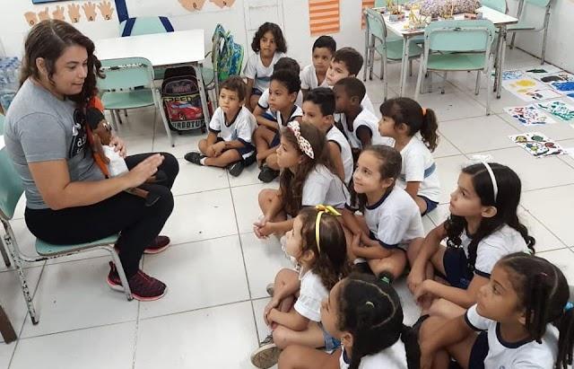 Professora leva aulas de Libras para crianças sem deficiência