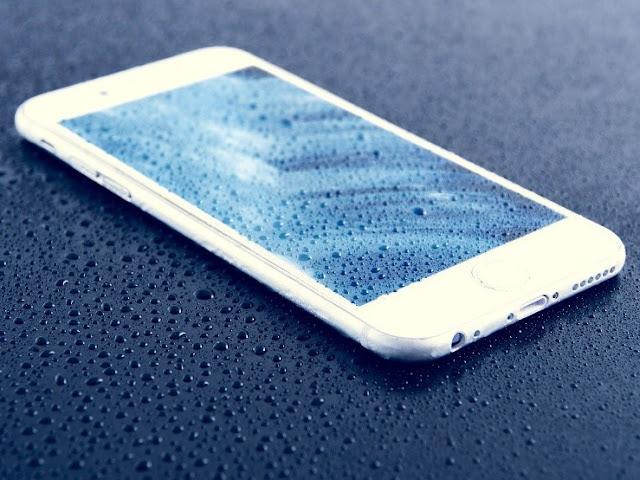 Jangan Langsung Panik! Ini Cara Mengatasi Smartphone Kemasukan Air