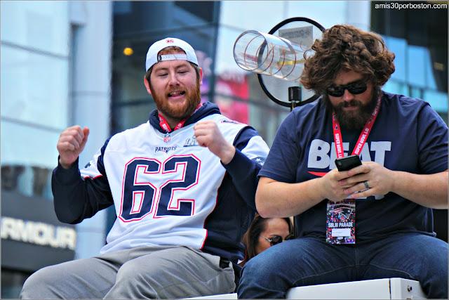 David Andrews y Joe Thuney en el Desfile de los New England Patriots en Boston