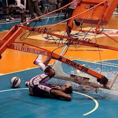 smešna slika: košarkaš polomio košarkašku tablu