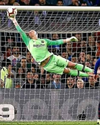 My #favorite #goalkeeper show some #love #BARCELONA #FANS...#messi.