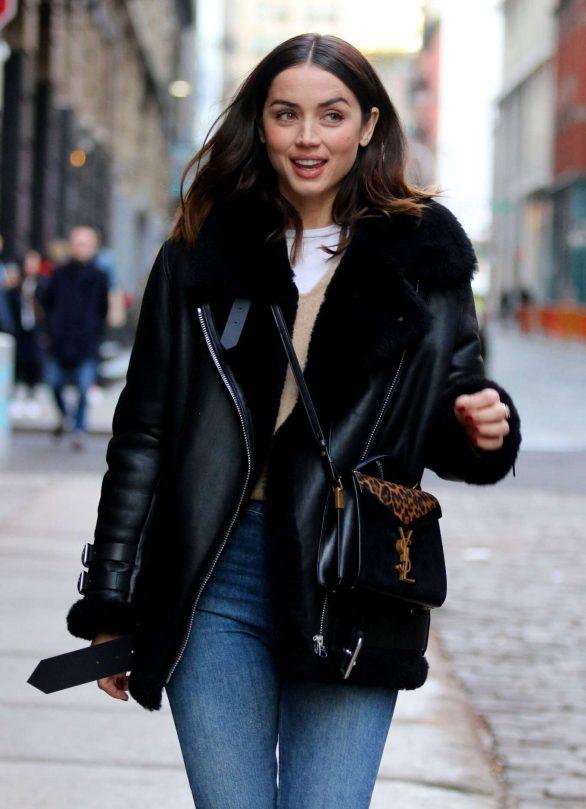 Ana de Armas looks cute in denim jeans