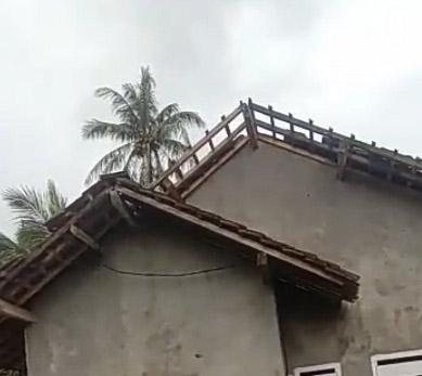 Angin Puting Beliung, Belasan Rumah di Pesawaran Poranda