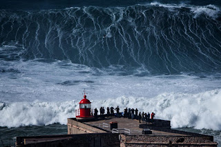 Ola gigante en Nazaré - Portugal