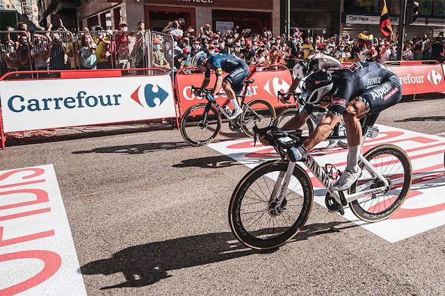 Jasper Philipsen, da equipe Alpecin-Fenix, venceu no sprint final - Foto: La Vuelta