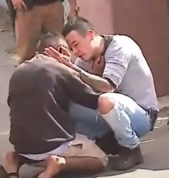 Padre abraza y consuela al hombre que arrolló a su hija en un accidente de coche