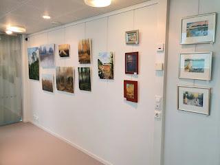 Kuva Aija Saukkosen taidenäyttelystä Leppävirran kirjastolta