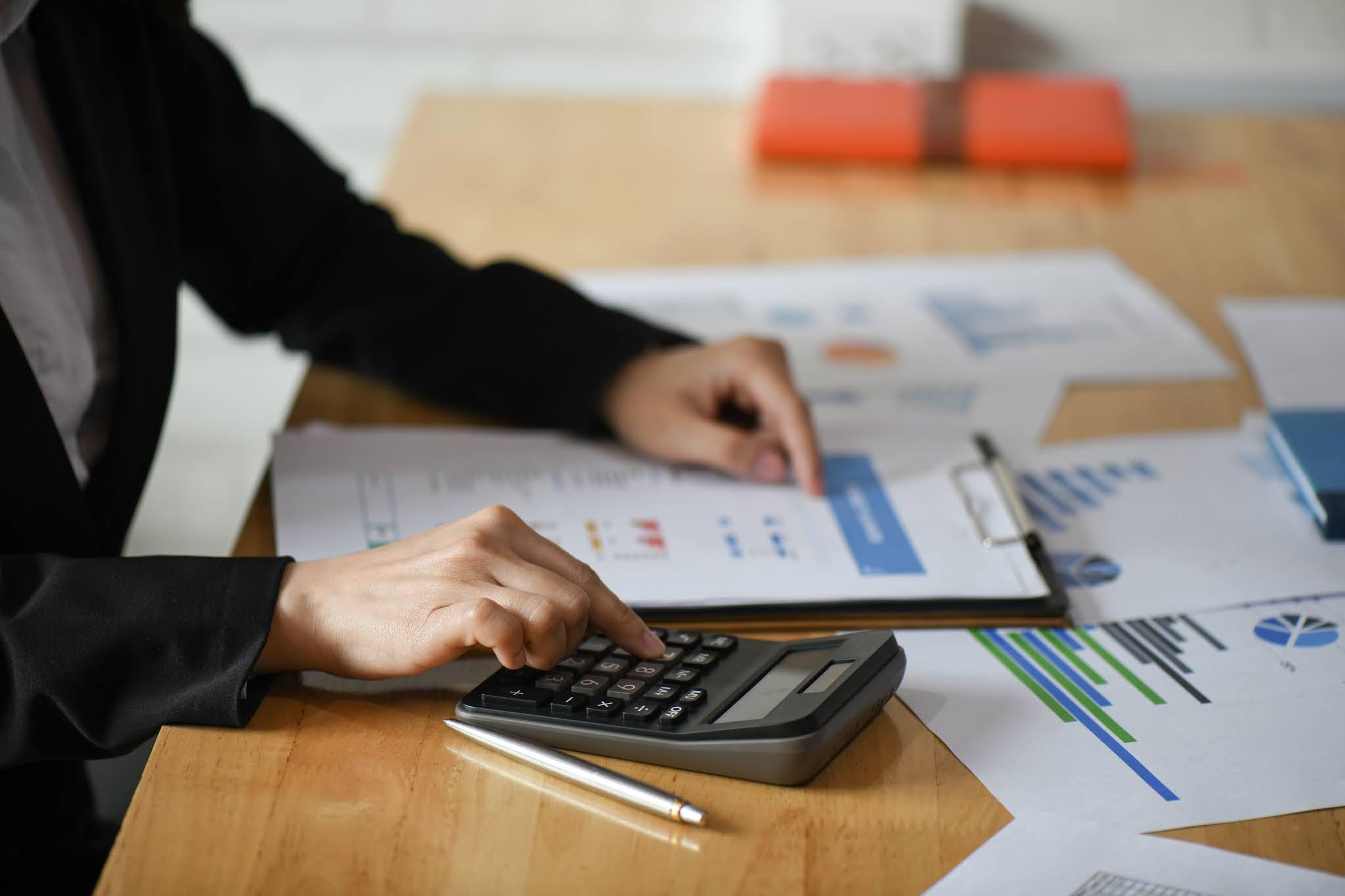 """""""النقد العربي"""" يناقش تحديات تطبيق الضرائب على المعاملات الرقمية"""