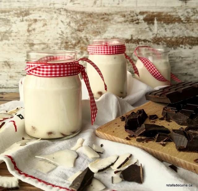 Iogurt de coco amb trossets de xocolata.