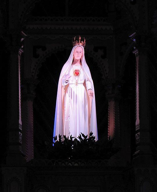 Figura Matki Bożej Fatimskiej w ołtarzu sanktuarium.