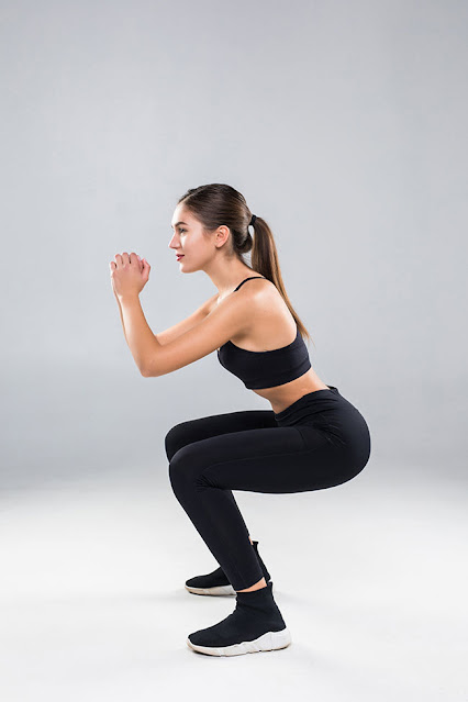 cute_gym_girl_doing_squats