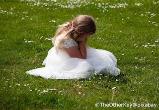 La damigella d'onore o flowergirl si riposa in attesa della sposa
