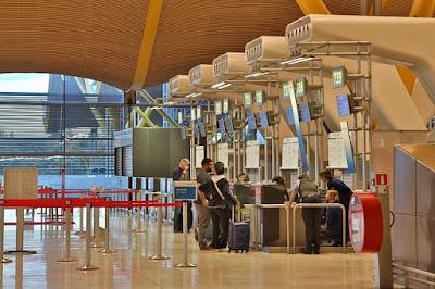 إدارة مطار فيينا تحذر من انتظار المسافرين طويلا