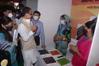 मुख्यमंत्री श्री शिवराज सिंह चौहान ने समूह के उत्पादों का अवलोकन किया