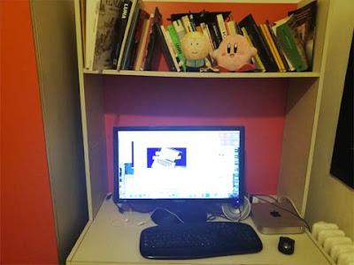 La mia postazione di scrittura con monitor e MacMini del 2011