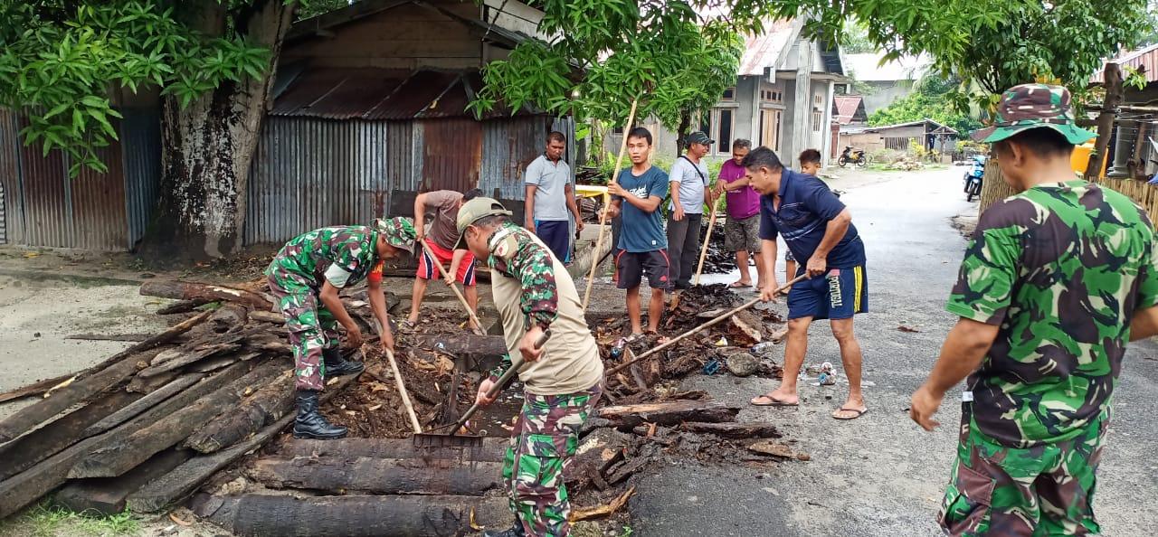 Koramil 1312-08/Melongune Bersihakan Selokan Yang Penuh Dengan Sampah