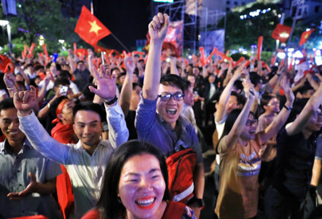 Vietnam streets overflow as football fans go to town over Asian Games history 6